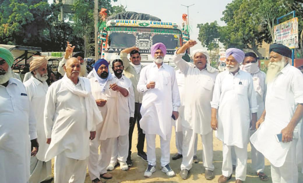 Trucks with rice from Bihar 'let off', Ratia farmers fume