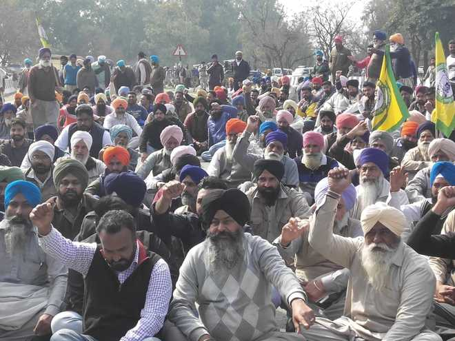 Farmers burn Khattar government effigies in Bathinda