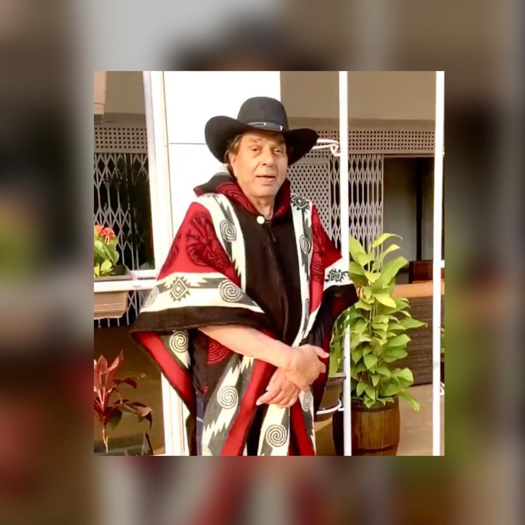 Dharmendra wears a poncho to beat the cold; shares a video message for fans
