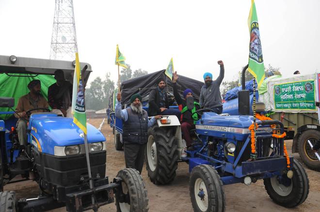 Farmers adamant, head for New Delhi on tractor-trailers