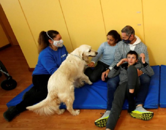 Therapy dog cheers Spanish special-needs kids during COVID
