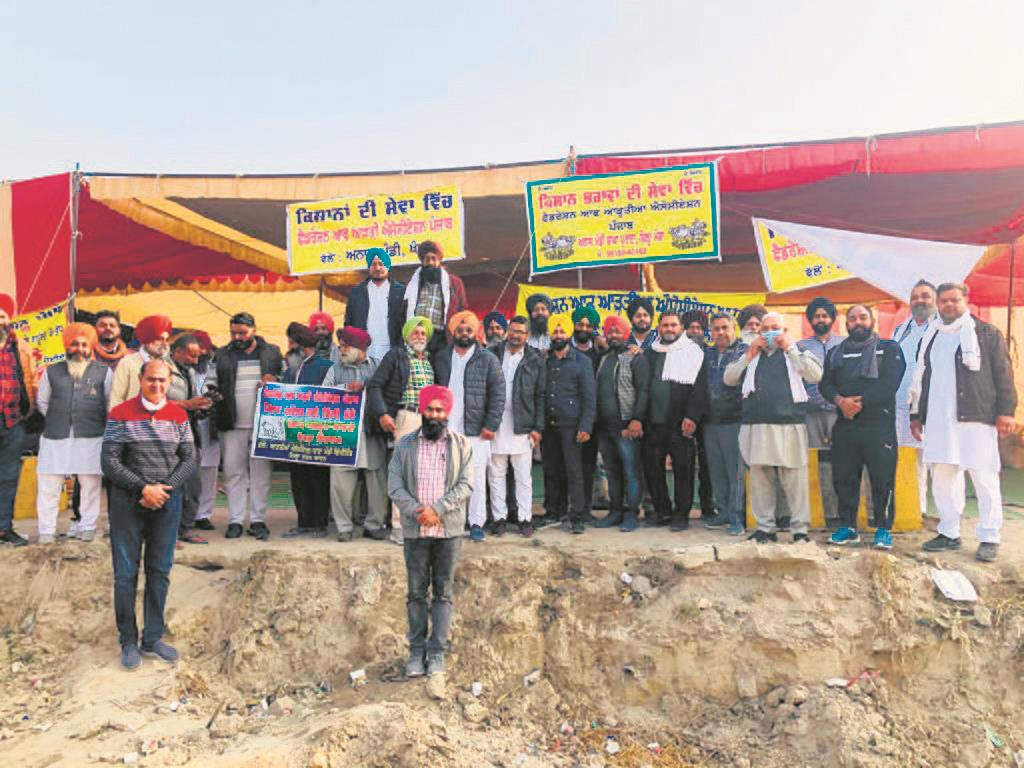 Arhtiyas lend weight to farmers' stir with provisions