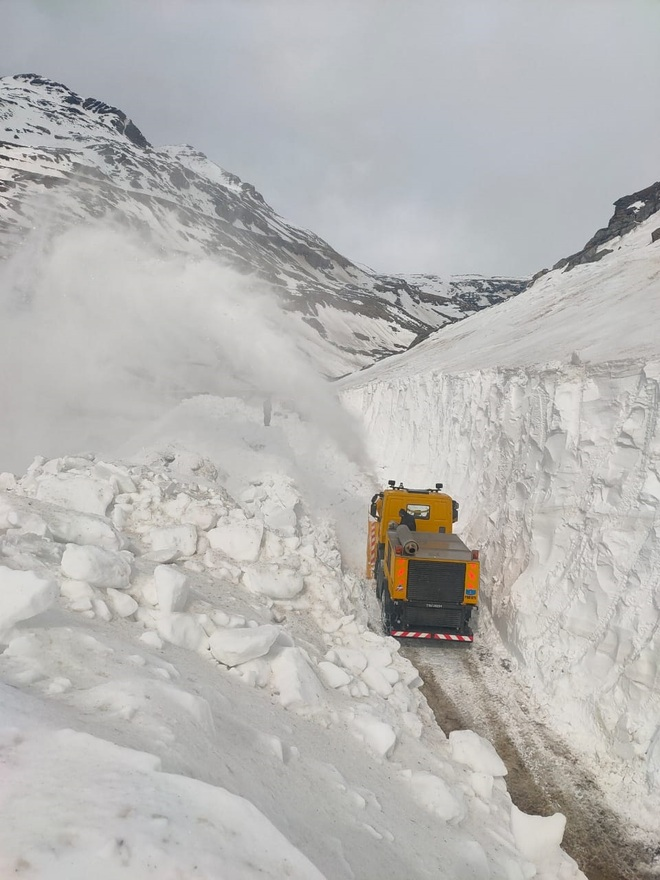 Snow-clearing ops begin on Manali-Leh NH