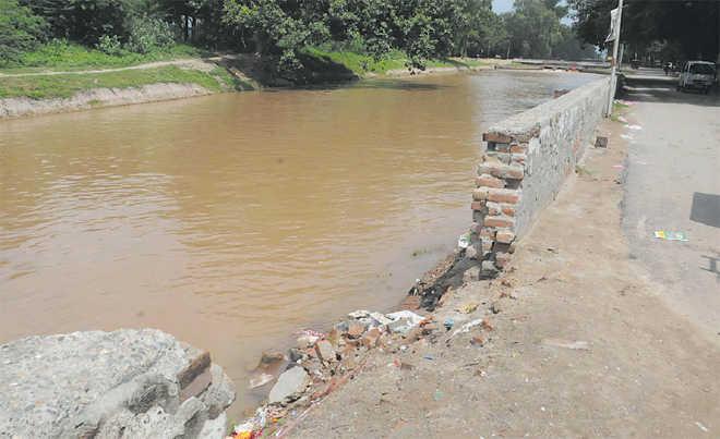 Damaged canal brings water crisis in Srinagar