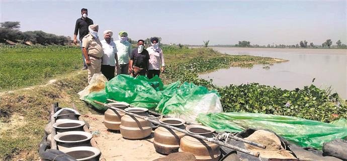 Excise officials dump 1.3 lakh litre of 'lahan' into Sutlej river