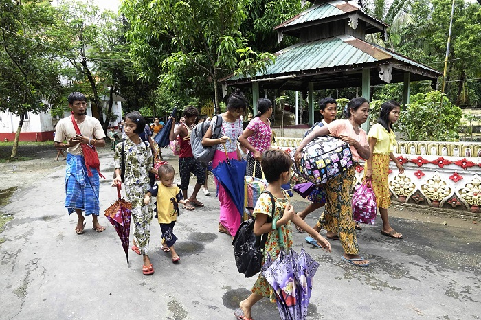 Thousands flee in expectation of Myanmar military operation