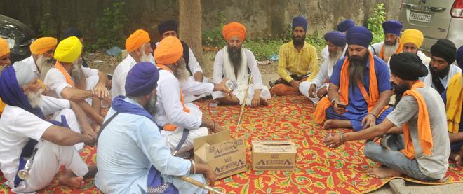 Sikh activists seek FIR against Cong leader Karamjit Gill over raising Tytler's hoardings