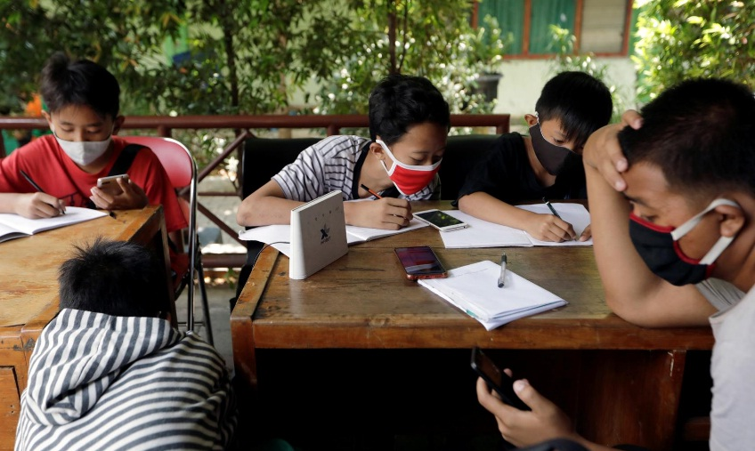 Starved of wifi, Indonesian kids trade plastic trash to study online