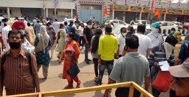 Aspirants brave sultry weather for NEET in Amritsar