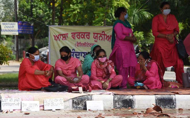 ASHA workers break earthen pots in protest
