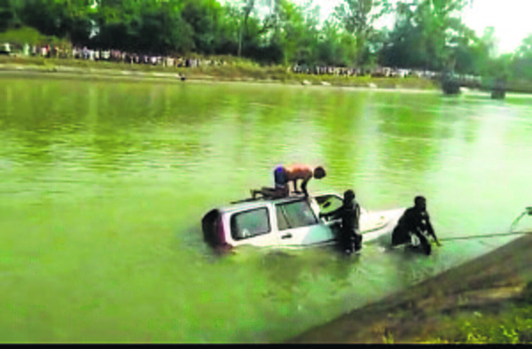 2 drown as SUV falls into canal