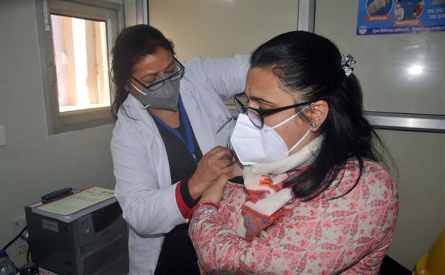 Over 1,500 healthcare workers administered COVID vaccine on first day in Himachal