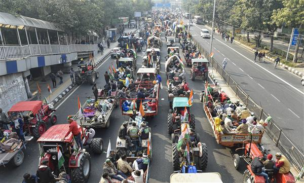 Groups of farmers start moving back to respective protest states, but thousands still in Delhi