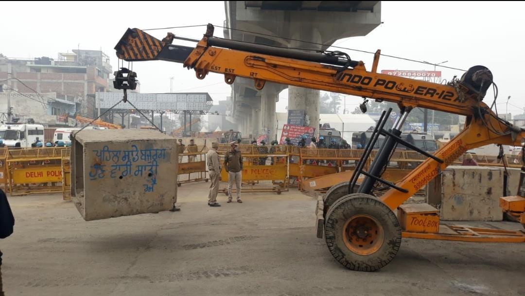 Delhi police remove boulders from Tikri border