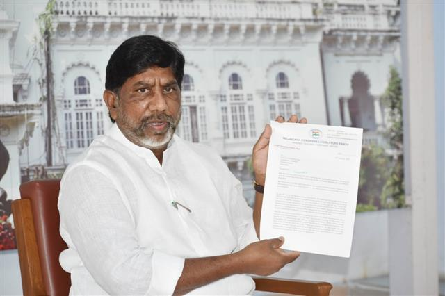 Congress leader accuses TRS of U-turn on farm laws
