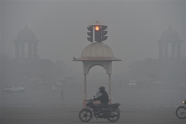 Dense fog shrouds Delhi, minimum temp rises to 8.8 degrees Celsius