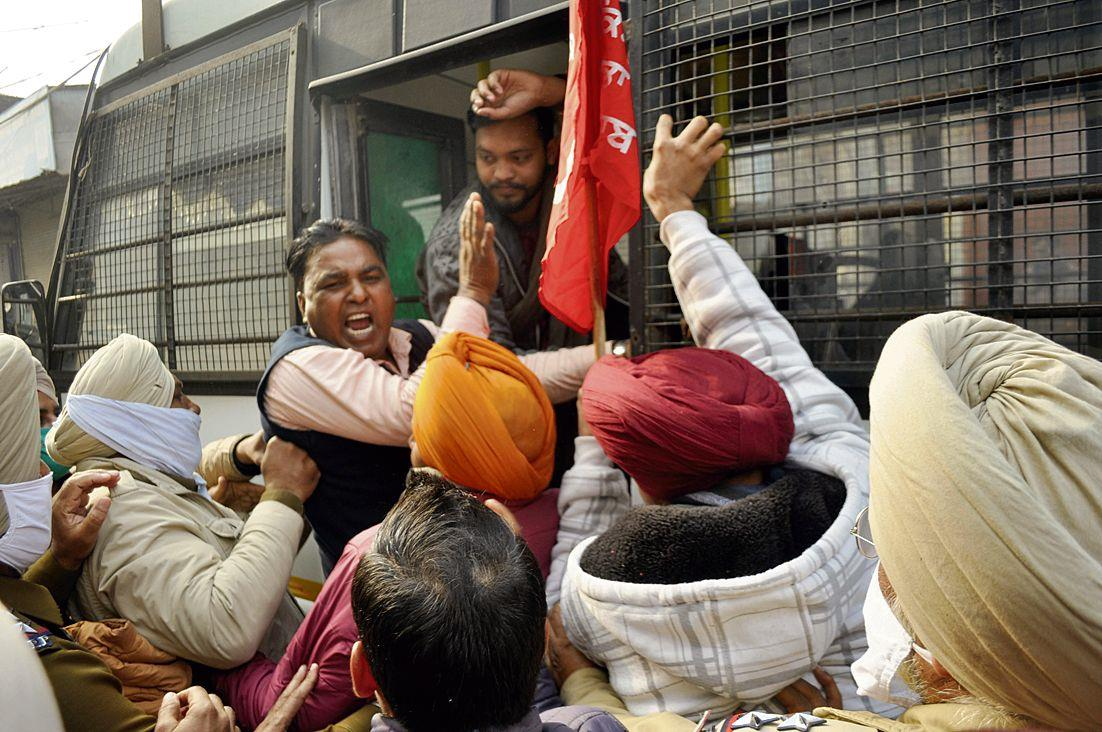Teachers protest at Singla's house, detained