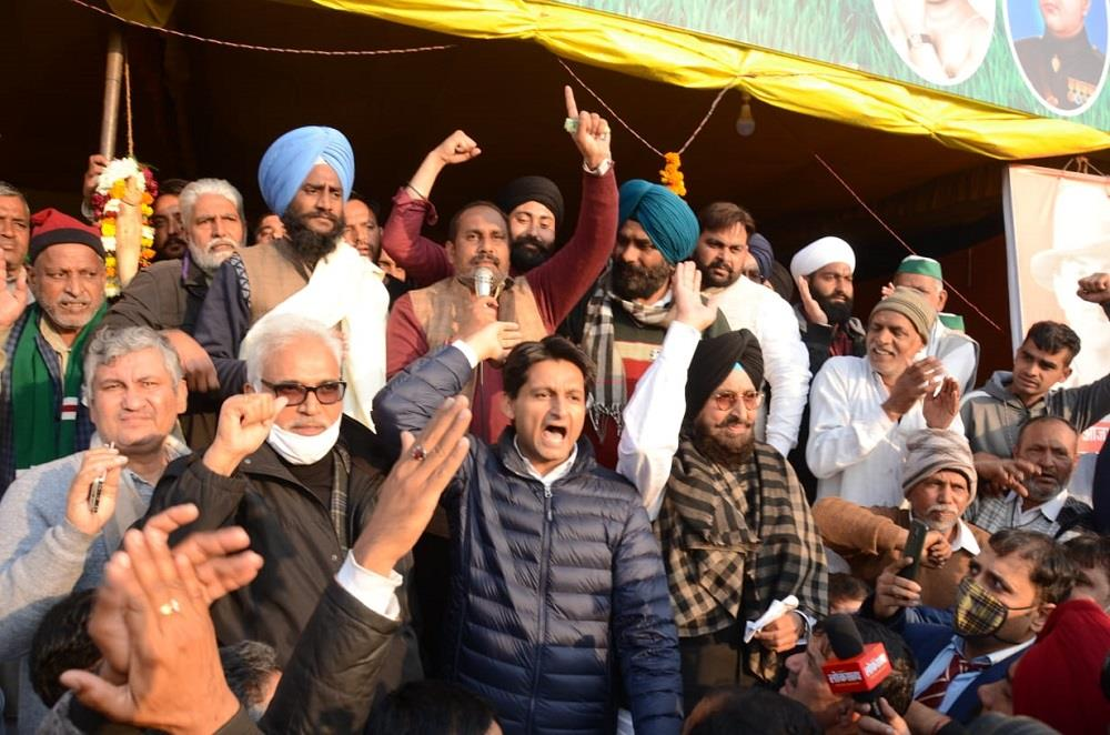 Partap  Bajwa, Deepender Hooda welcomed on Tikait's protest site stage