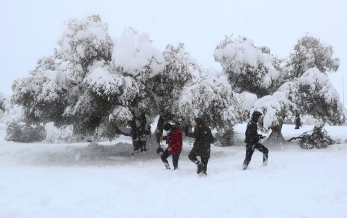 Schools shut as Madrid clears record snow ahead of cold spell