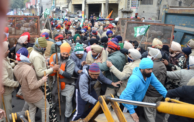 Farmers clash with cops near BJP protest site in Jalandhar