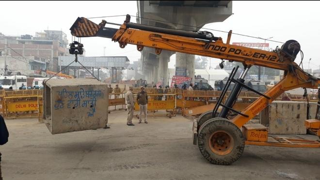 Delhi Police remove boulders from Tikri