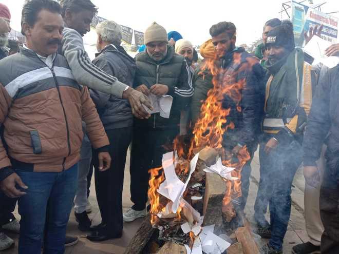 People make a bonfire of farm laws' copies