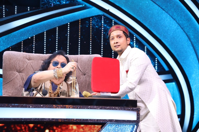 Pawandeep gets a gold chain from Bappi Lahiri on the show Indian Idol 12