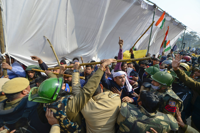 Protesting farmers pelted with stones at Singhu border