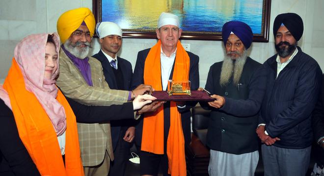 Australian High Commissioner pays obeisance at Darbar Sahib