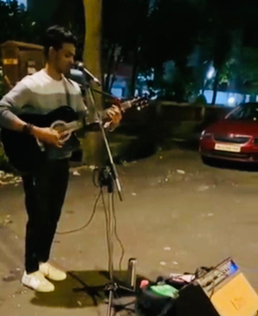 Man sings 'Jab Koi Baat' on street to pay music school fees, Hrithik Roshan says 'how cool is this'