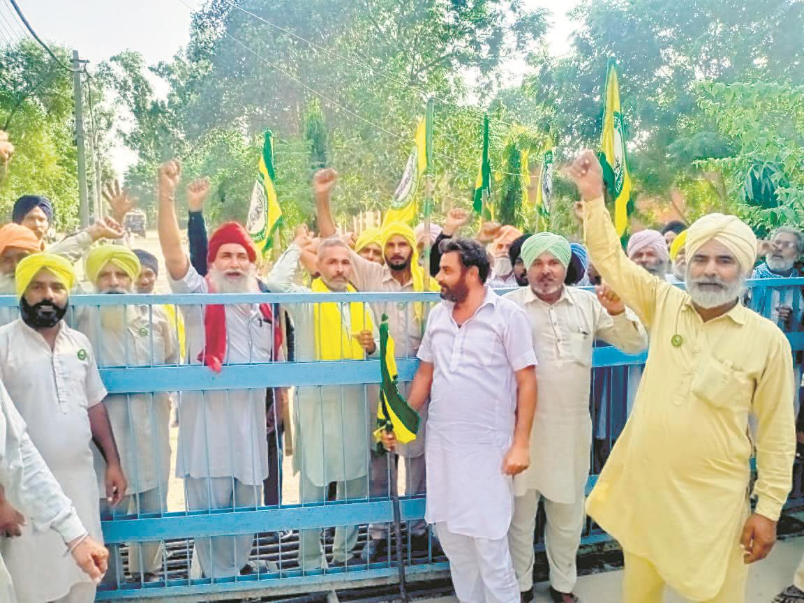 Lehra farmers barge into powercom offices