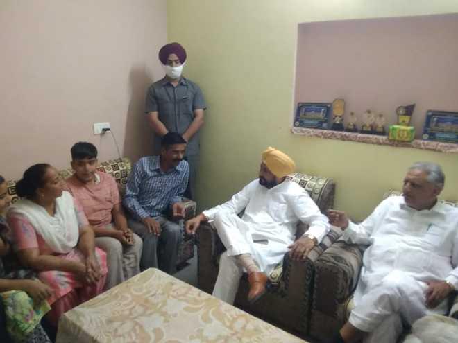 CM Charanjit Channi pays surprise visit to Ropar vendor's house