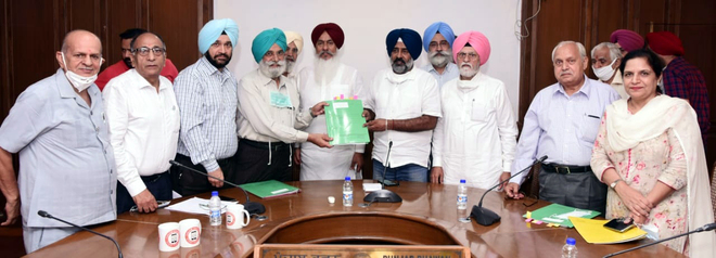 Delegation of aided colleges meets Education Minister