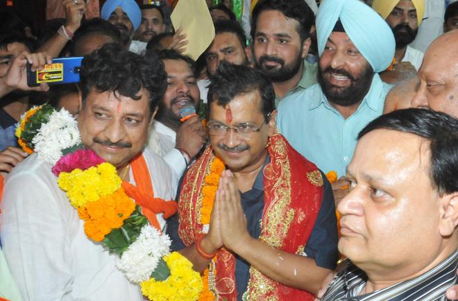 After Sukhbir, Arvind Kejriwal visits Devi Talab Mandir in Jalandhar
