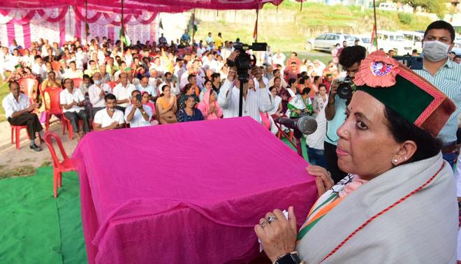 Himachal Govt giving jobs to outsiders: Pratibha Singh