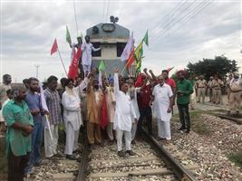 Farmers squat on railway tracks at Kila Raipur