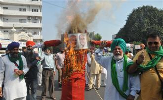 Farm unions burn effigy of Modi govt