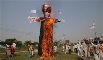Farmers' organisations burn effigies of PM, Amit Shah in Amritsar district