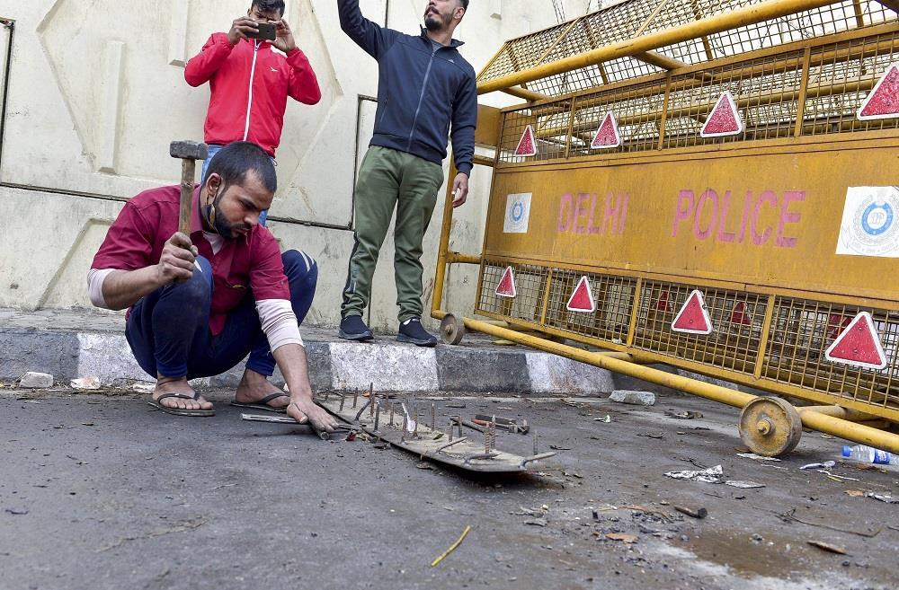 दिल्ली पुलिस: का कहना है कि गाजीपुर बॉर्डर पर लोहे की कीलें 'रिपोज्ड' की जाती हैं