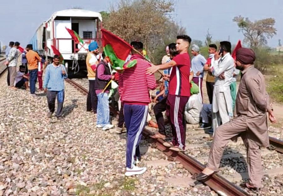 Protesting farmers stop wheat-laden train in Punjab's Moga