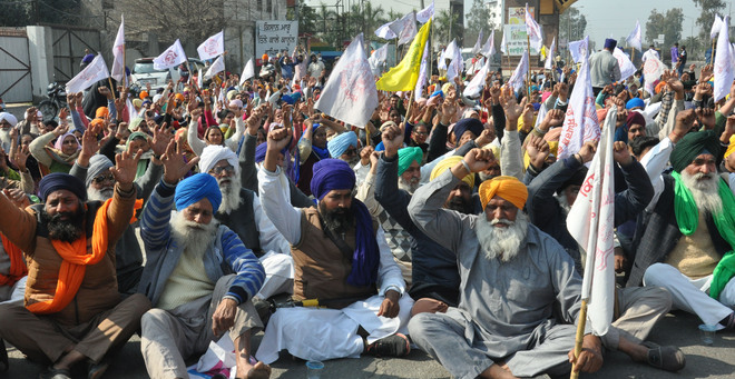 Chakka jam: Farmers block roads for 3 hours, commuters support by honking in Jalandhar