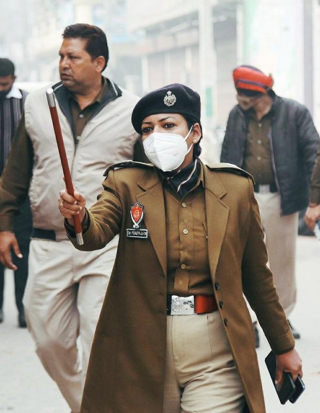 IPS officer Dr Pragya Jain goes beyond call of duty, comes to aid of minor rape victim