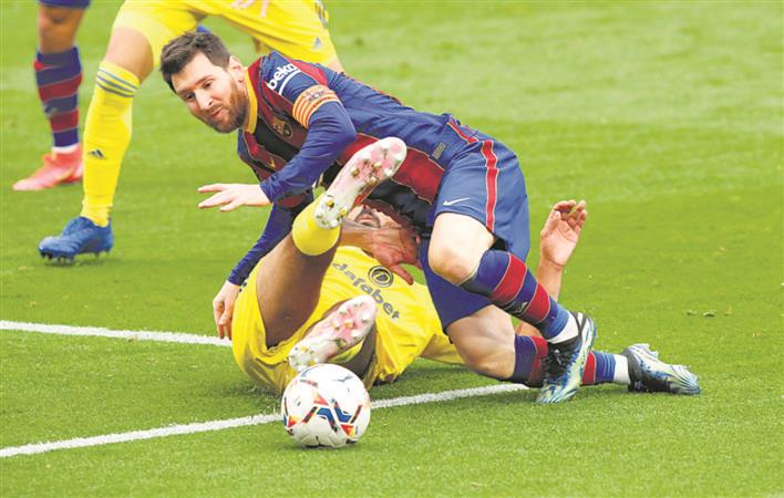 Barcelona stumble, Real keep pace with Atletico