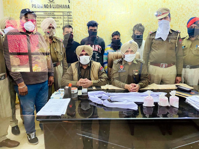 Gang looting liquor vends busted