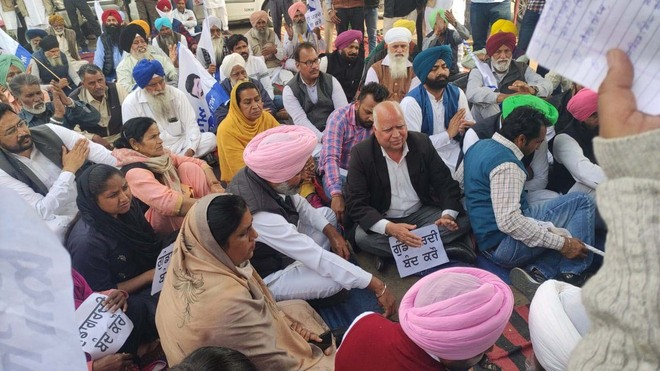 AAP protests FIR against Manuke, party workers