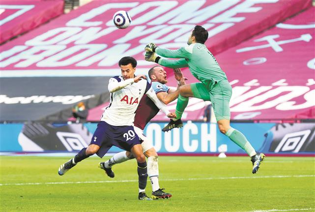 West Ham stun Spurs, go 4th