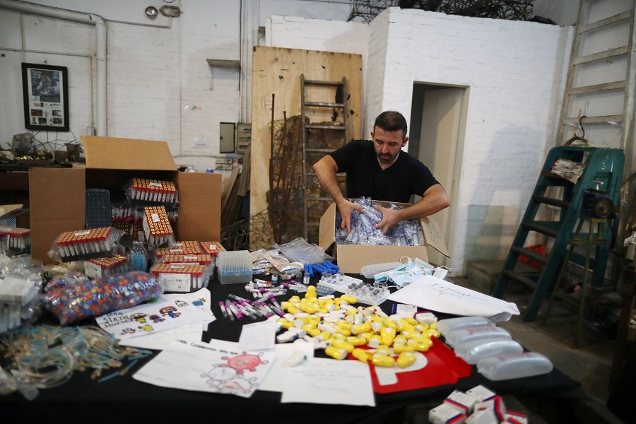 Argentine sculptor turns pandemic waste into art