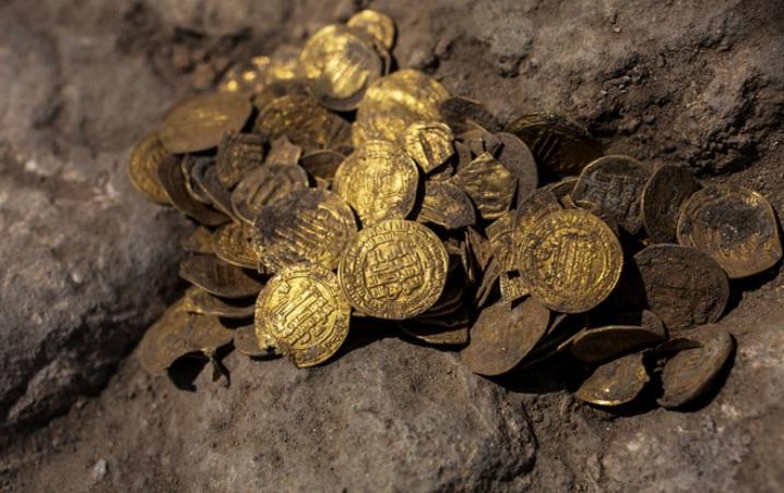 Mughal era Gold coins found near Pune