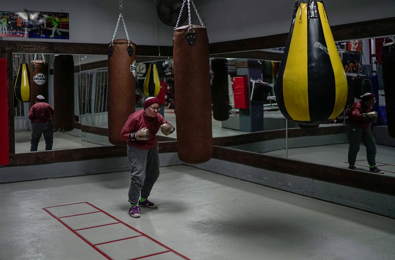 Punching against Parkinson's, a grandmother boxer fights for her health