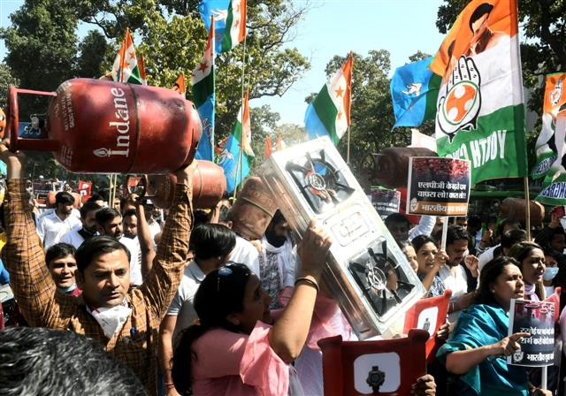 Delhi Congress holds protest against rising fuel prices